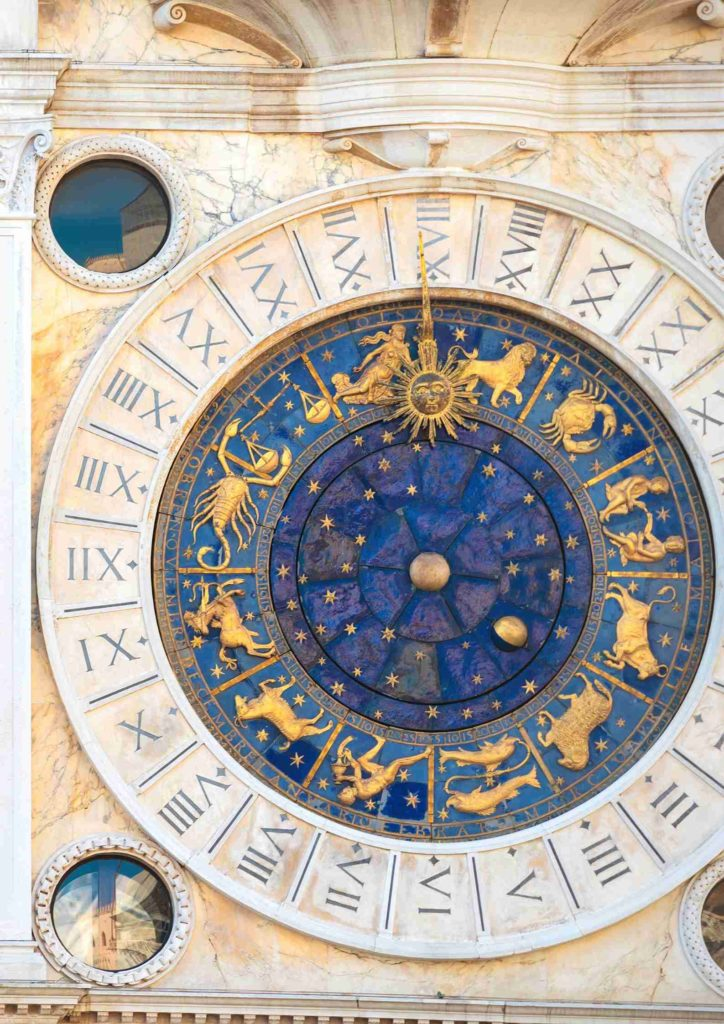 Astrologische Sternzeichen an Hausfassade