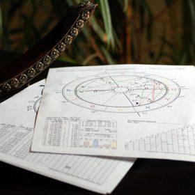Ausgedrucktes Horoskop auf Tisch